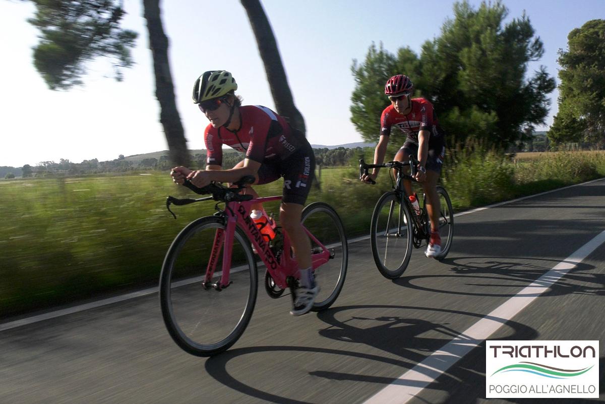 Due ciclisti pedalano sulle strade attorno al Resort Poggio all'Agnello