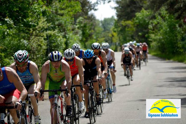 Partecipanti al Triathlon Sprint Città di Lignano nella frazione di ciclismo