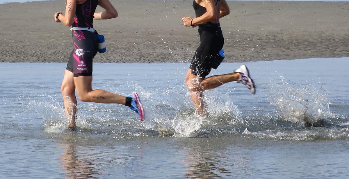 Atleti della swimrun che corrono nell'acqua
