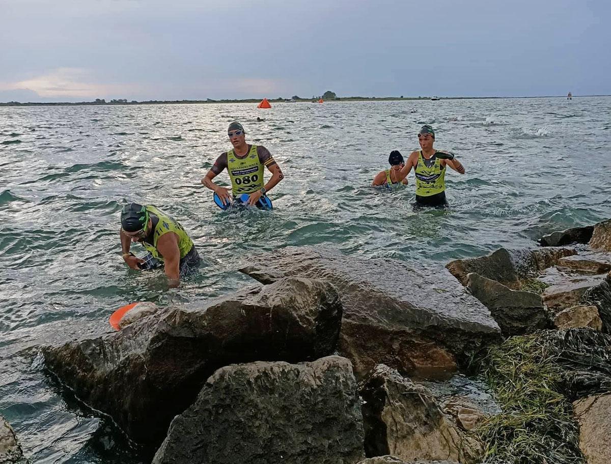 atleti dell'Aquaticrunner che escono dalla nuotata in mare