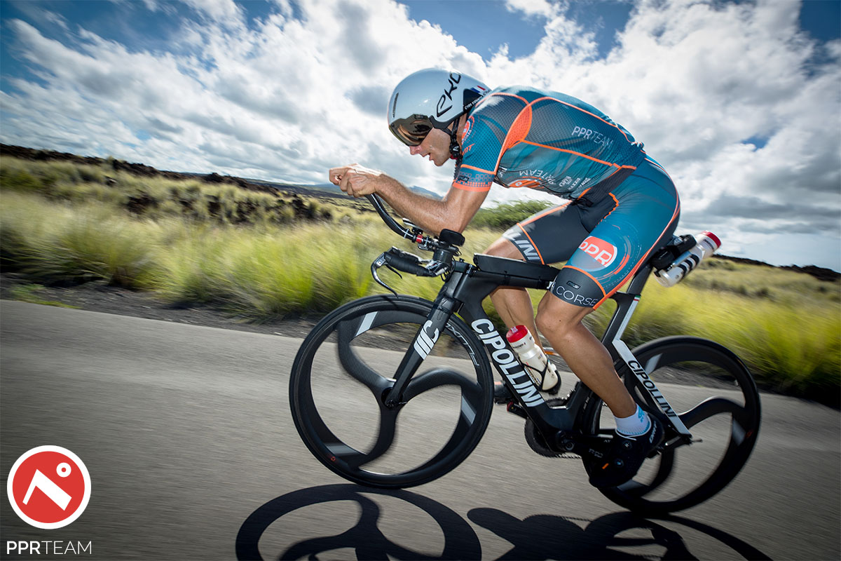 Triatleta della squadra PPR Team che pedala durante l'Ironman