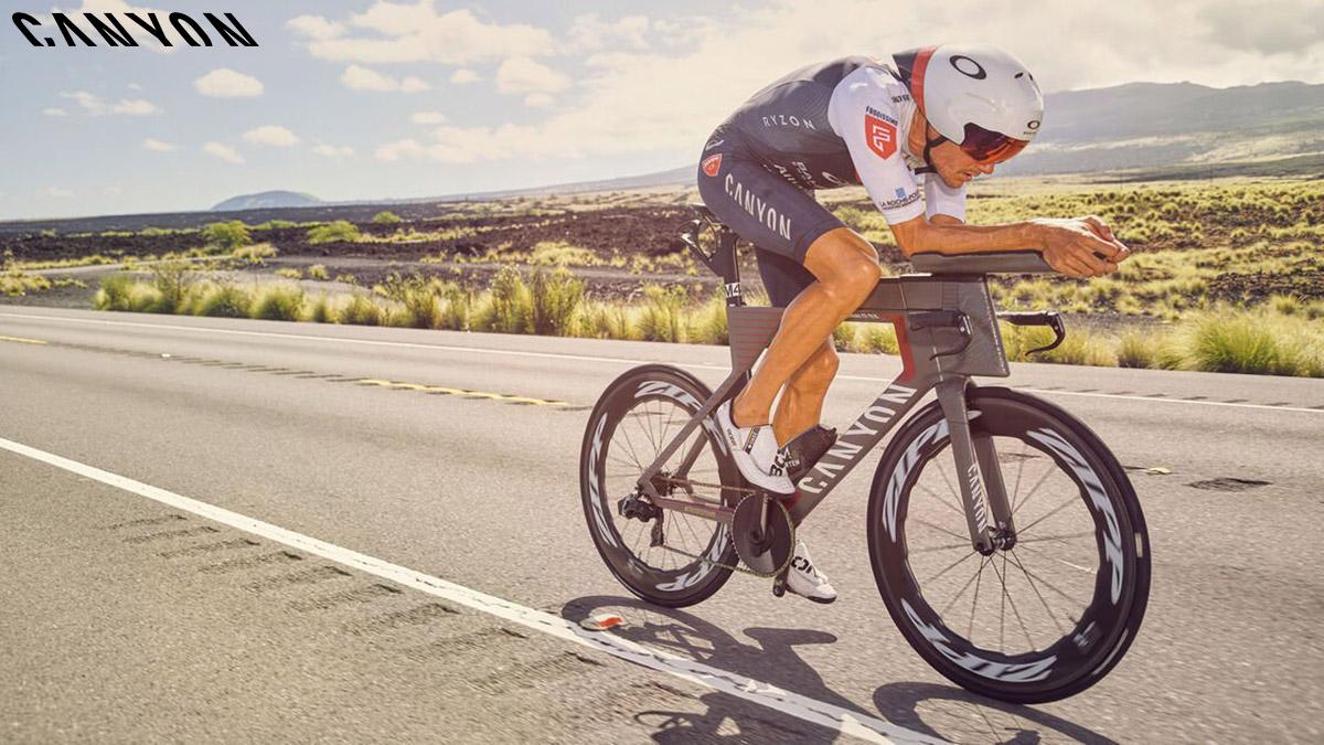Il triatleta Jan Frodeno tedesco 3 volte campione del mondo mentre pedala con bici Canyon all'ironman