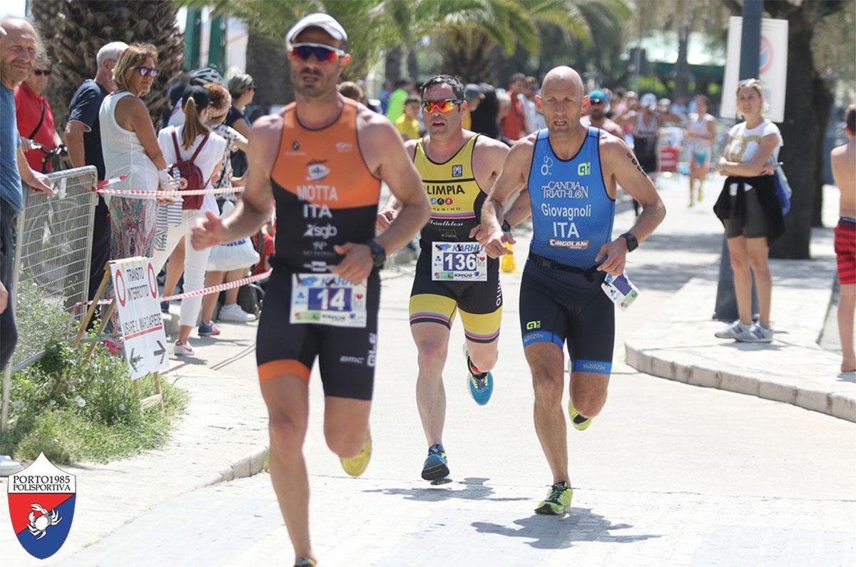 Un gruppo di atleti che corre al Triathlon San Benedetto del Tronto