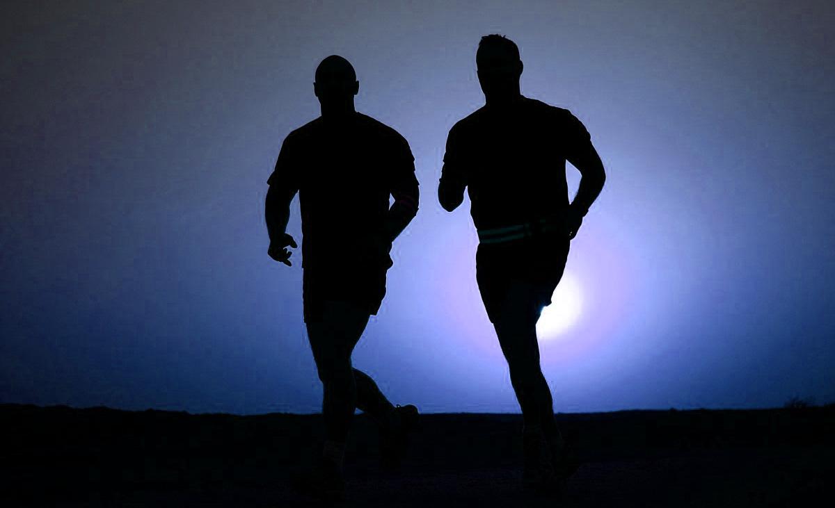Due triatleti si allenano correndo insieme