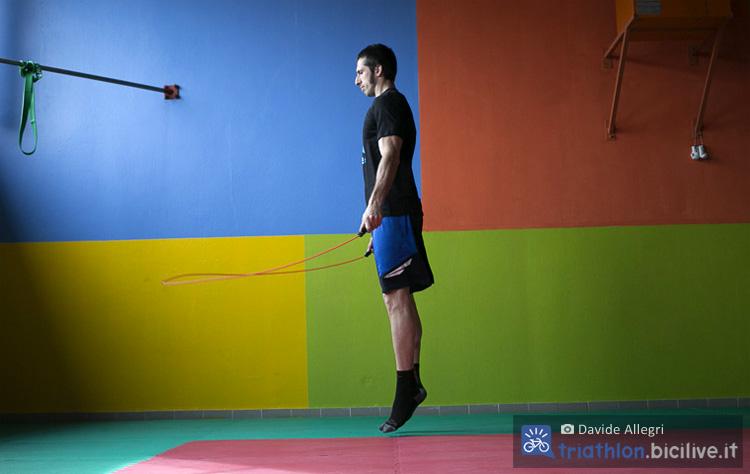 Atleta si allena in palestra saltando la corda