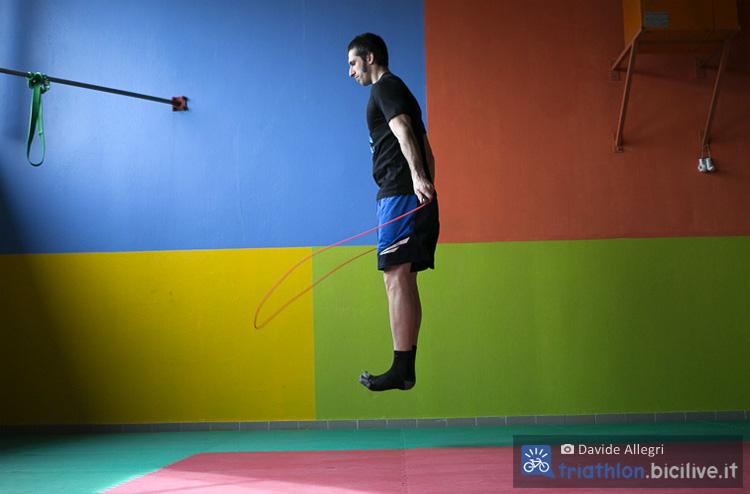 Atleta si allena in palestra con salti doppi con la corda