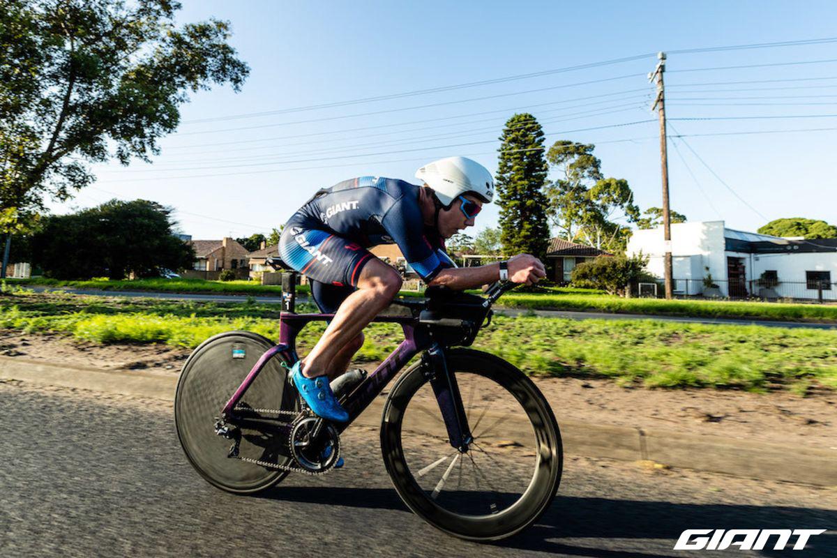 Un atleta in azione in sella su una bici triathlon Giant Trinity Advanced Pro TT
