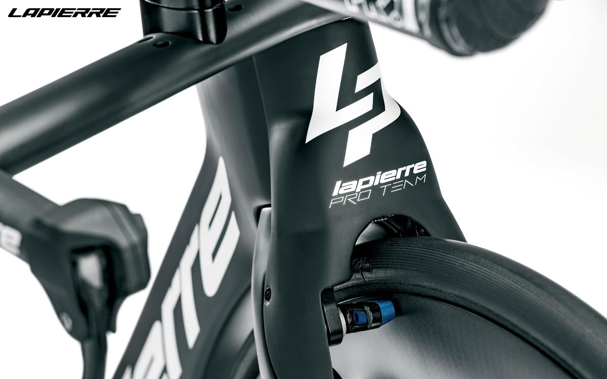 Dettaglio dell'anteriore della bici da triathlon e crono Lapierre Aerostorm DRS