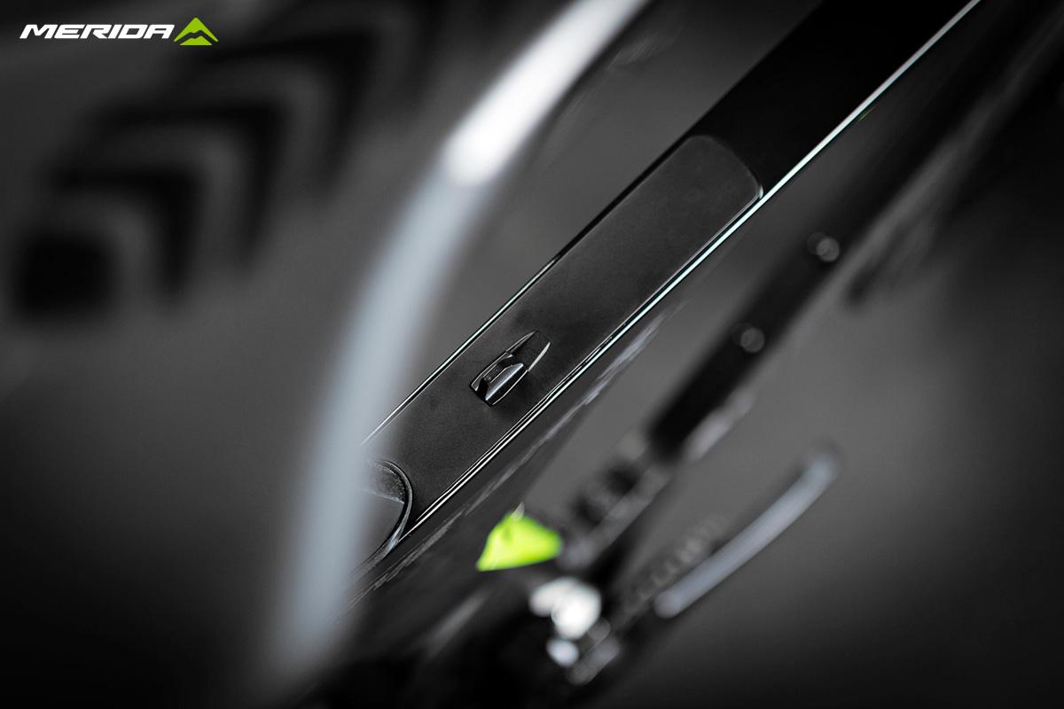 Dettaglio del tubo orizzontale della bicicletta triathlon Merida Time Warp Tri 2020