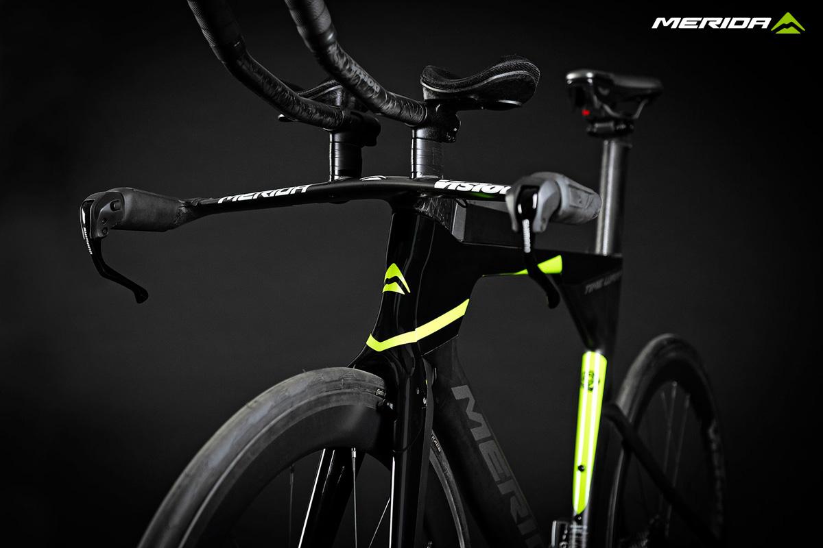 Una bicicletta per le gare triathlon Merida Time Warp Tri 2020
