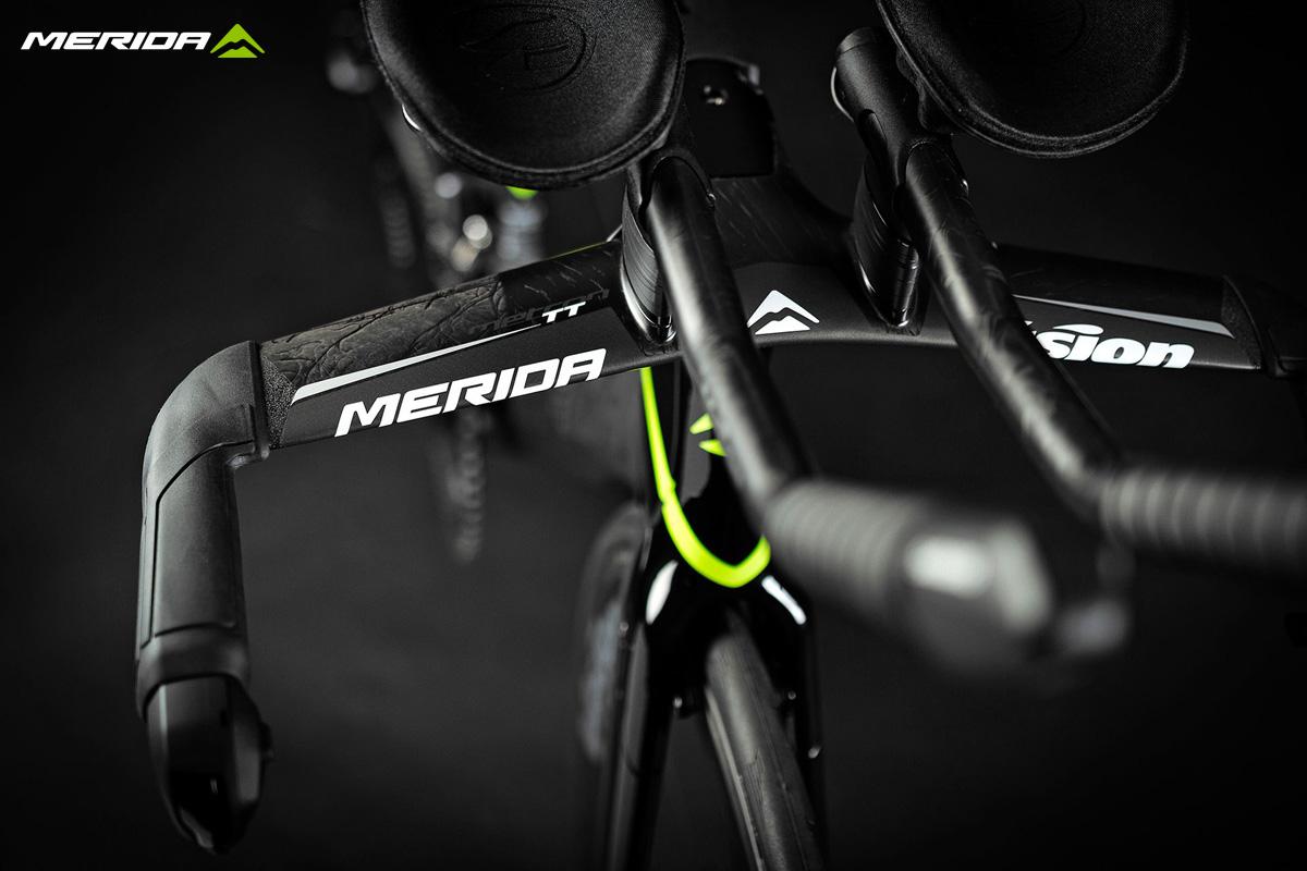 Dettaglio del manubrio e delle prolunghe della bici Merida Time Warp Tri 2020
