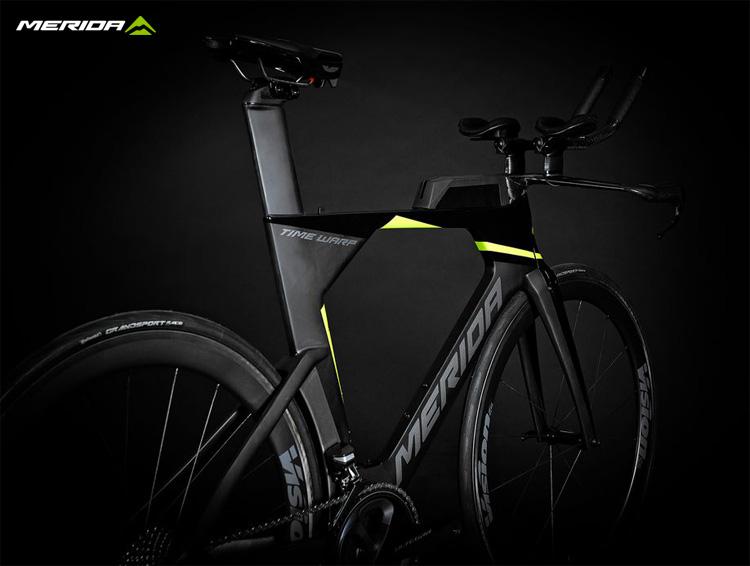 Una bicicletta da triathlon Merida Time Warp Tri 2020