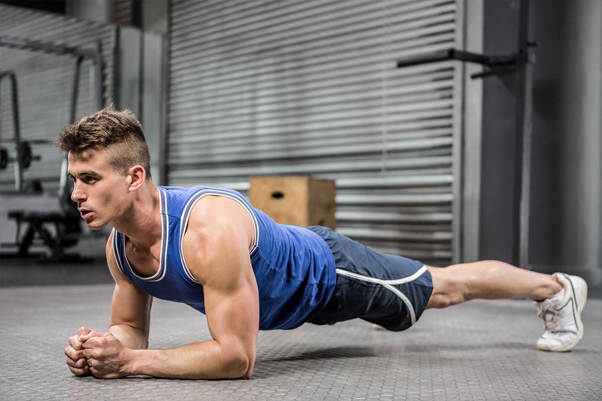Atleta uomo esegue esercizi di allenamento a terra