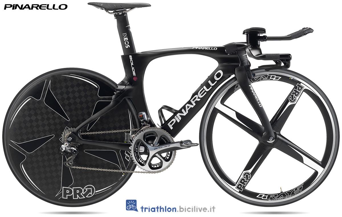 Una bicicletta da triathlon e crono Pinarello Bolide TT 2020