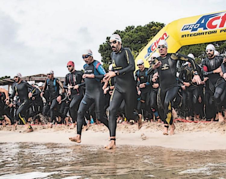 Un gruppo di triathleti alla partenza di una competizione