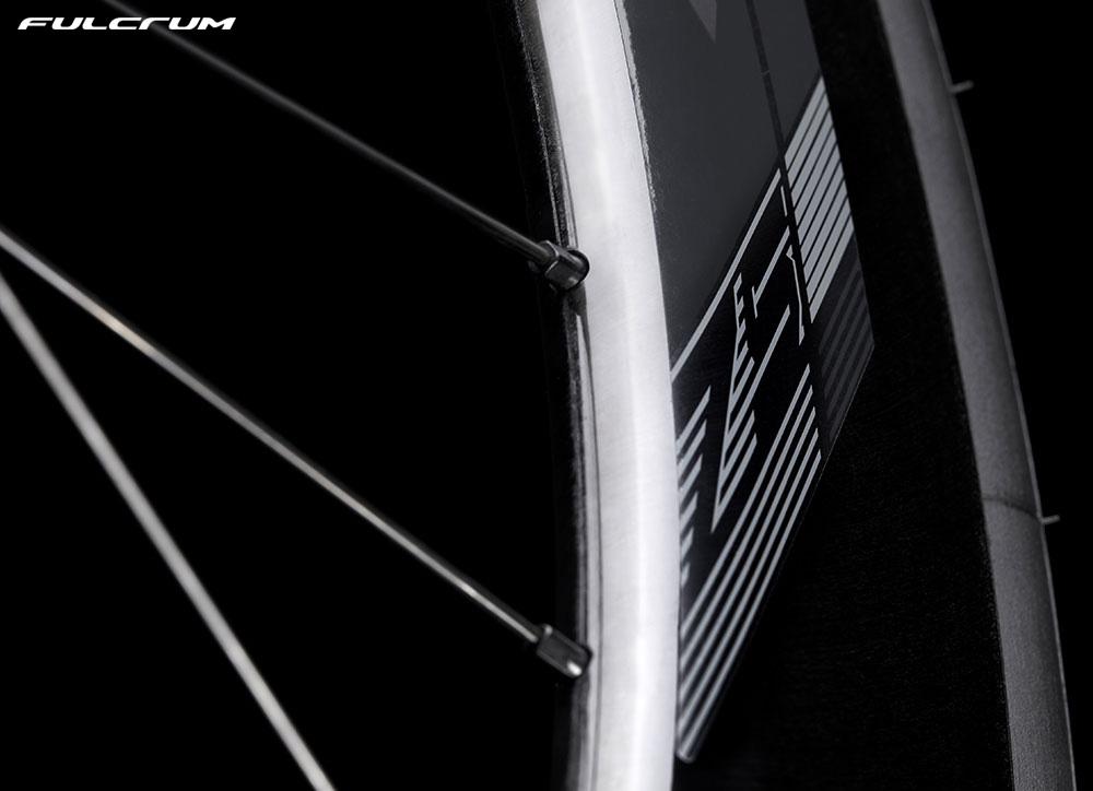 Dettaglio di una ruota bici triathlon Fulcrum Wind 75 DB