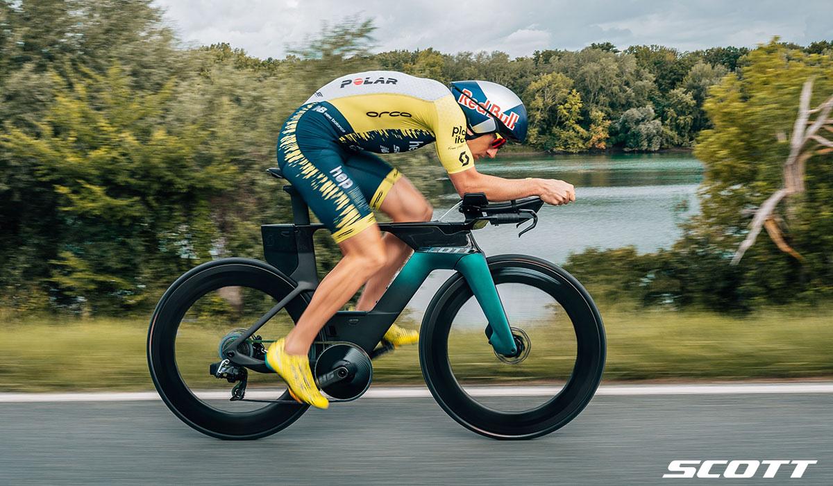 Un ciclista pedalata su strada in sella a una bici Scott Plasma 6 Premium 2021