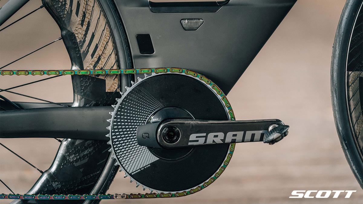 Dettaglio della guarnitura e della pedivella equipaggiate sulla bici Scott Plasma 6 Premium 2021