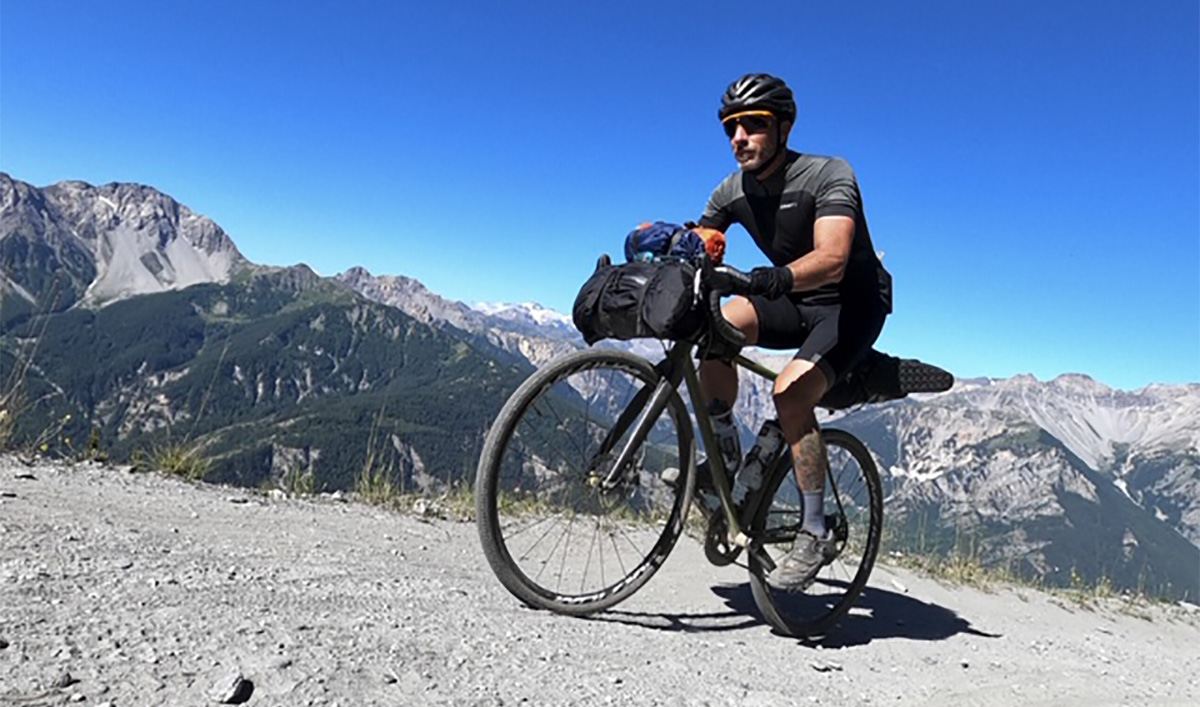 Un uomo si allena pedalando in bicicletta sullo sterrato