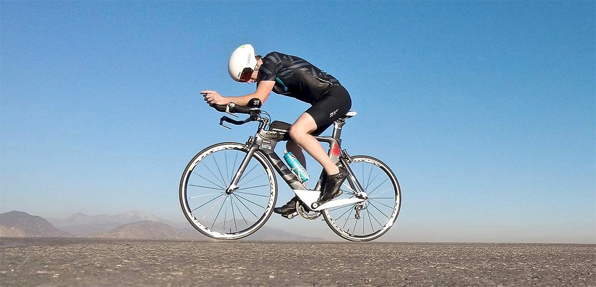 Un uomo si allena con la sua bici da triathlon