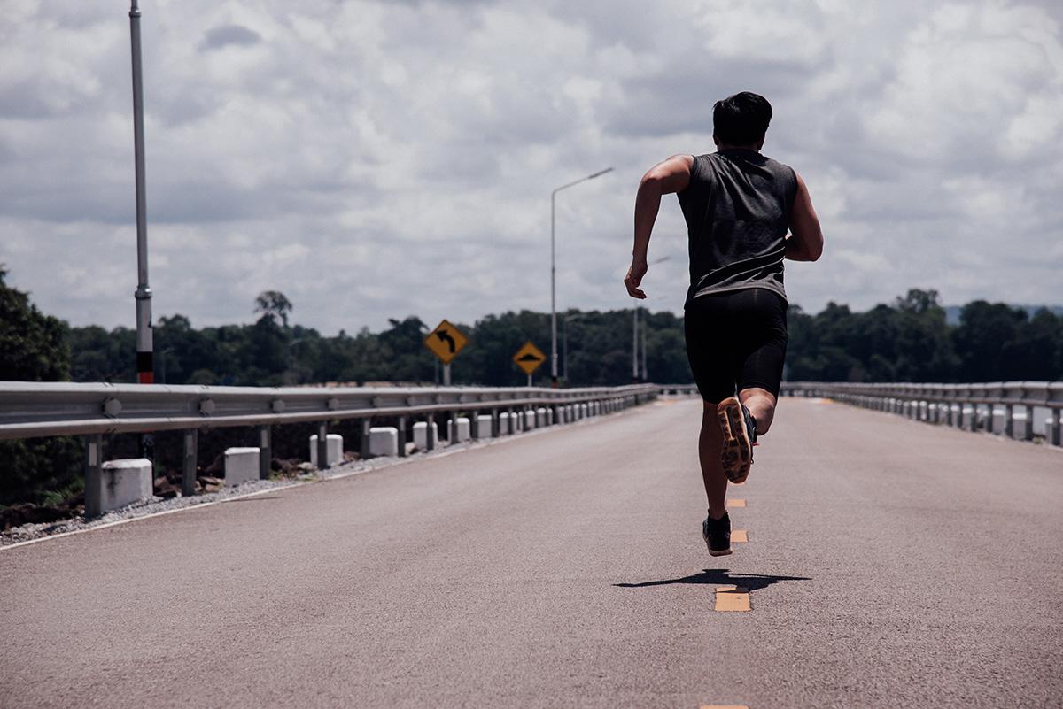 Un uomo si allena nella corsa