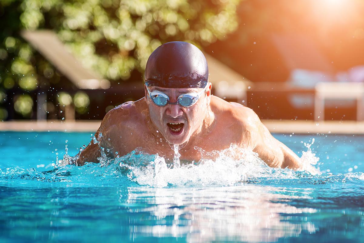 Un uomo si allena nel nuoto in piscina
