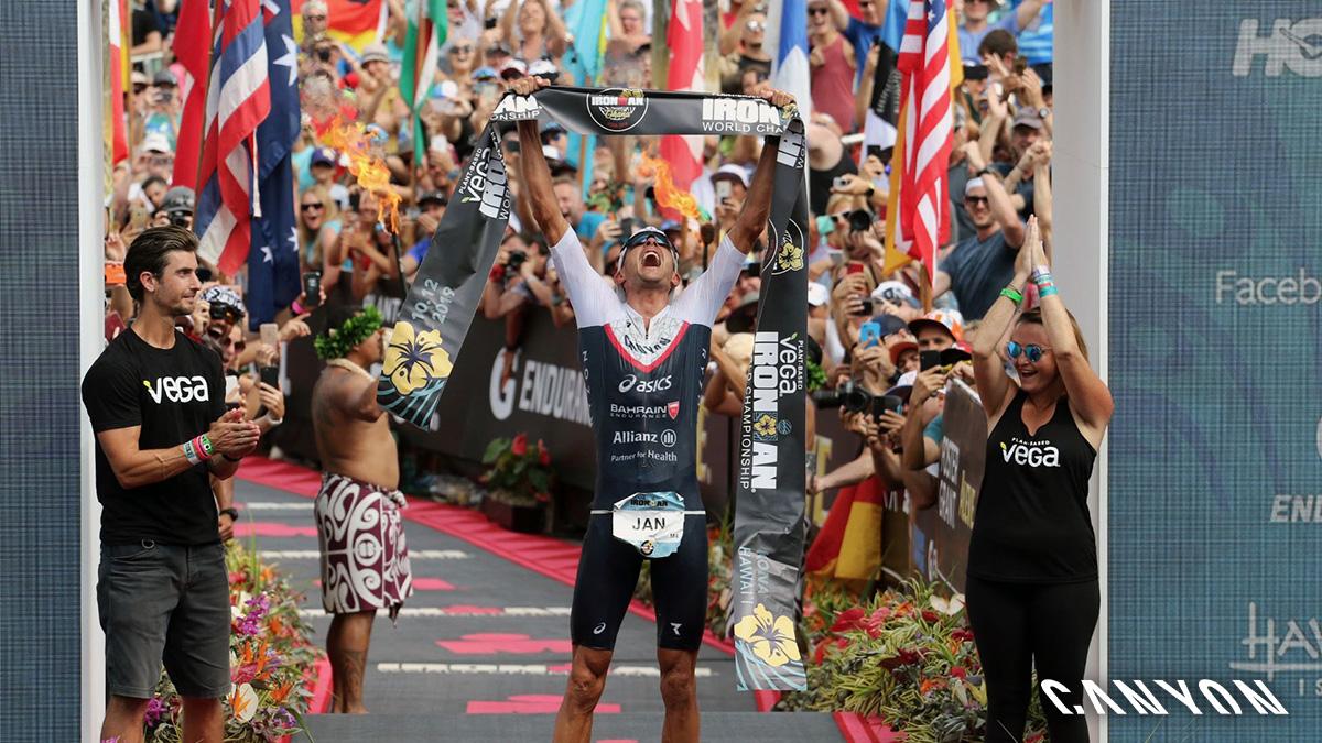 Il triatleta Jan Frodeno vittorioso al traguardo