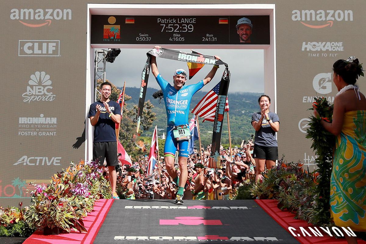 Il triatleta Patrick Lange vittorioso al traguardo