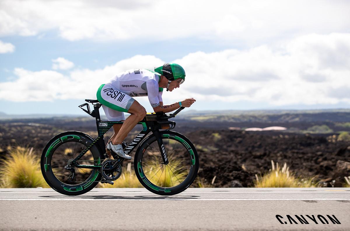 Il triatleta Lionel Sanders durante uno sprint sulla sua Canyon