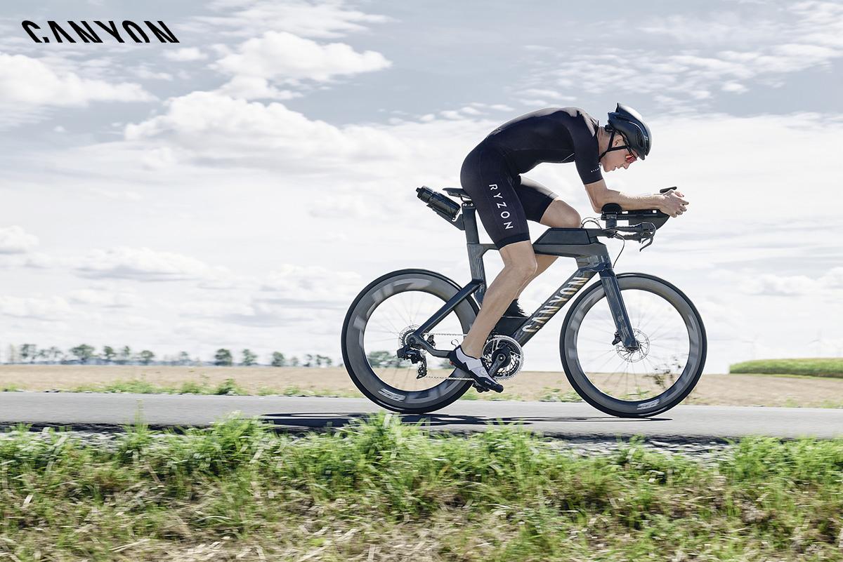 Un triatleta pedala sulla sua nuova Canyon Speedmax CF 2021