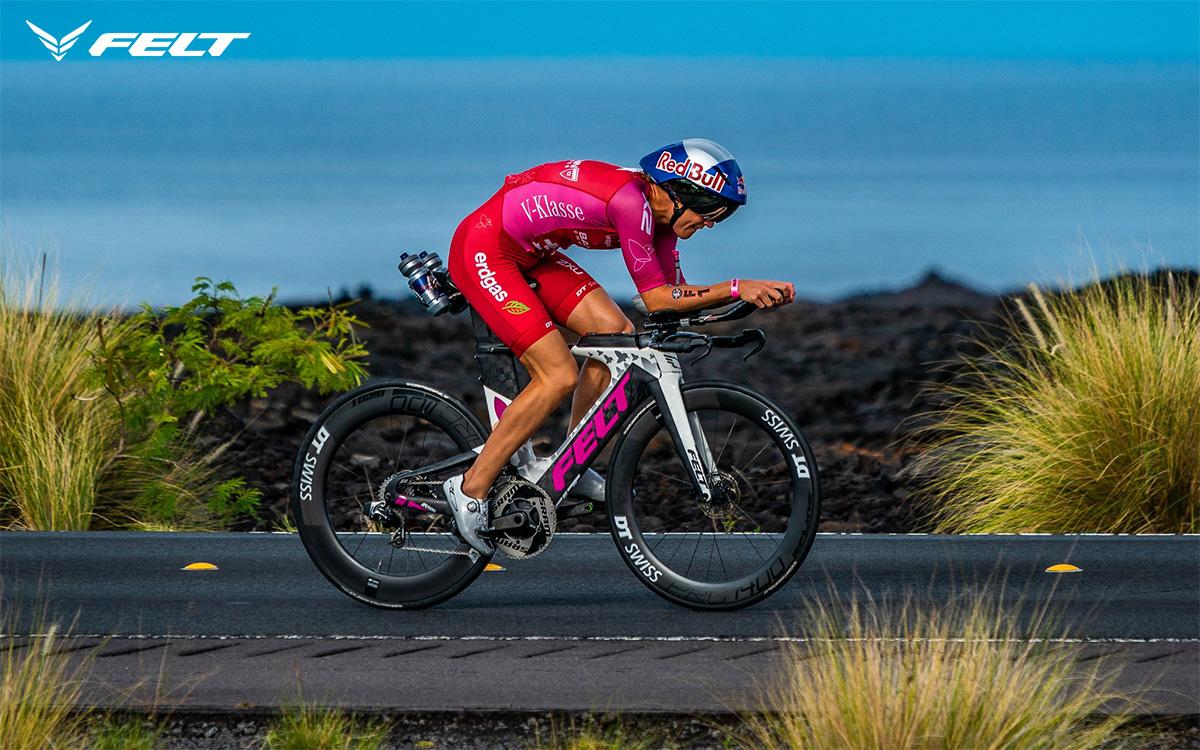 La triatleta Daniela Ryf in sella alla propria bici da triathlon Felt IA 2021