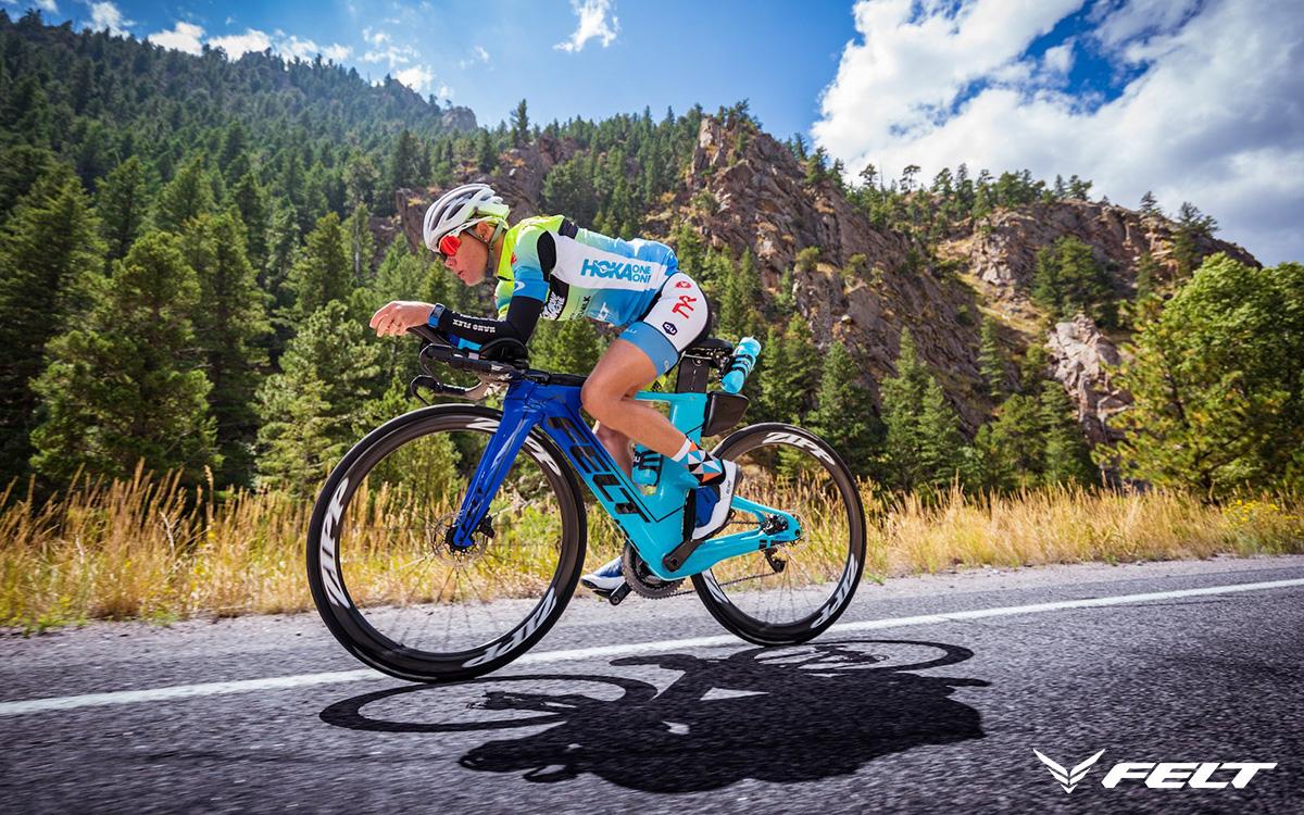 La triatleta Miranda Carfrae in sella alla propria bici da triathlon Felt IA 2021