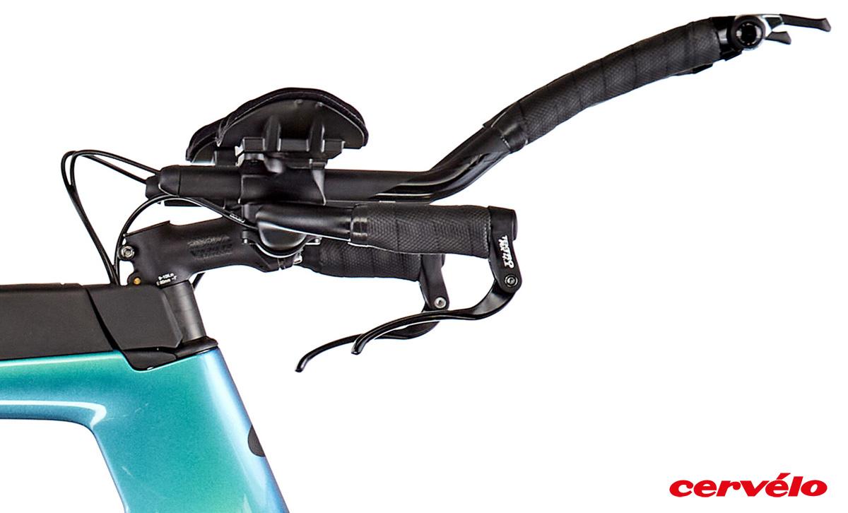 Dettaglio del manubrio della bicicletta in carbonio Cervélo P 105 2021