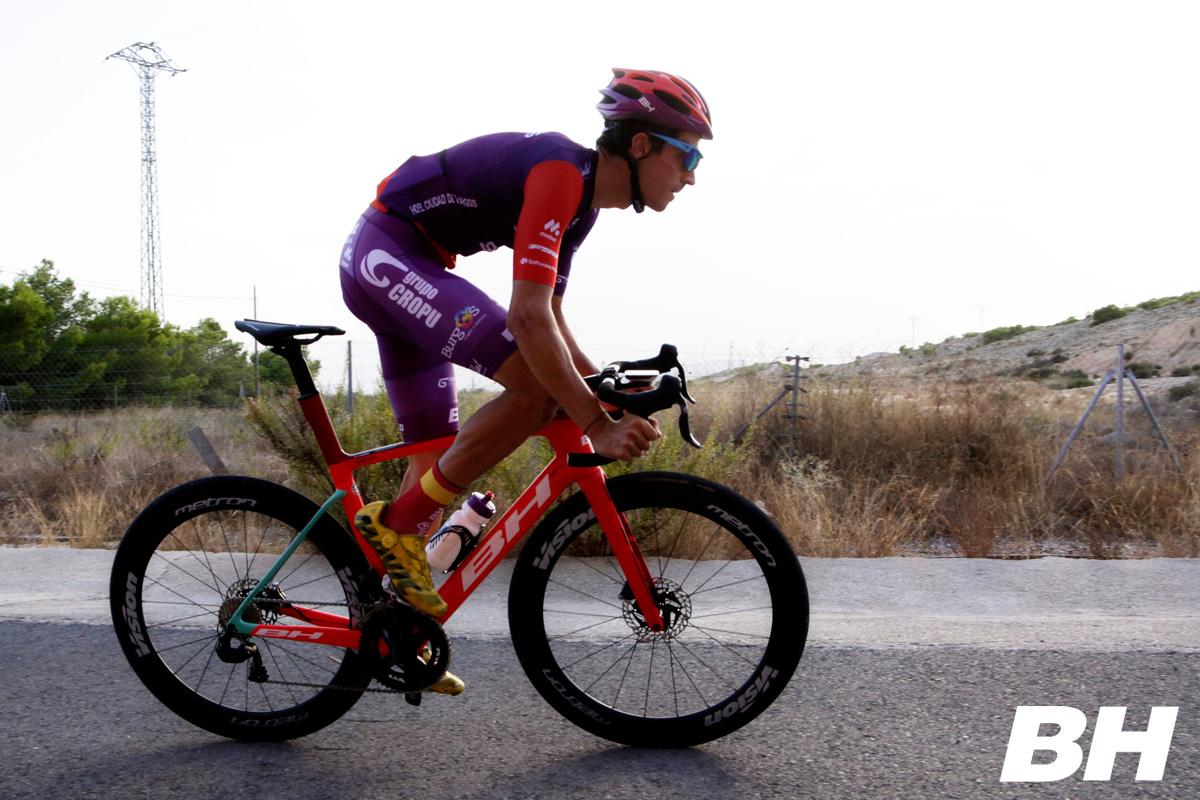 Un ciclista uomo spinge sui pedali in sella a una bici aero BH G8 Disc 2021