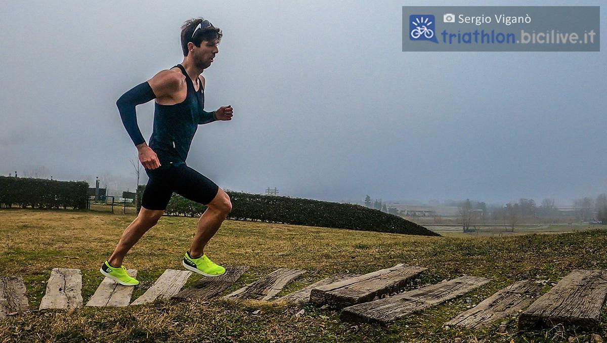 Sergio Viganò testa le scarpe da corsa Scott Palani RC 2 su un percorso a gradini di legno