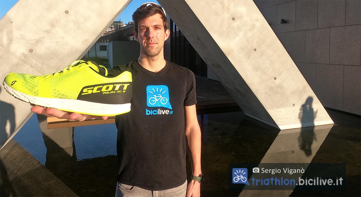 Sergio Viganò con in mano la nuova scarpa da corsa Scott Palani RC 2