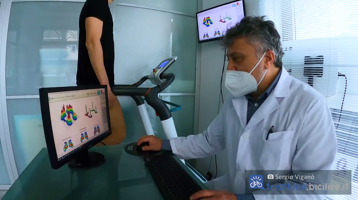 Dottor Canzi nel corso di un controllo dei parametri di appoggio del piede all'interno del suo studio