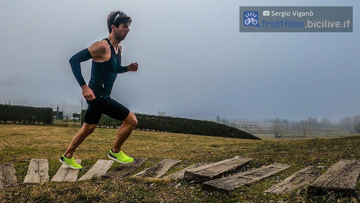 Sergio Viganò si allena nella corsa su dei gradini di legno