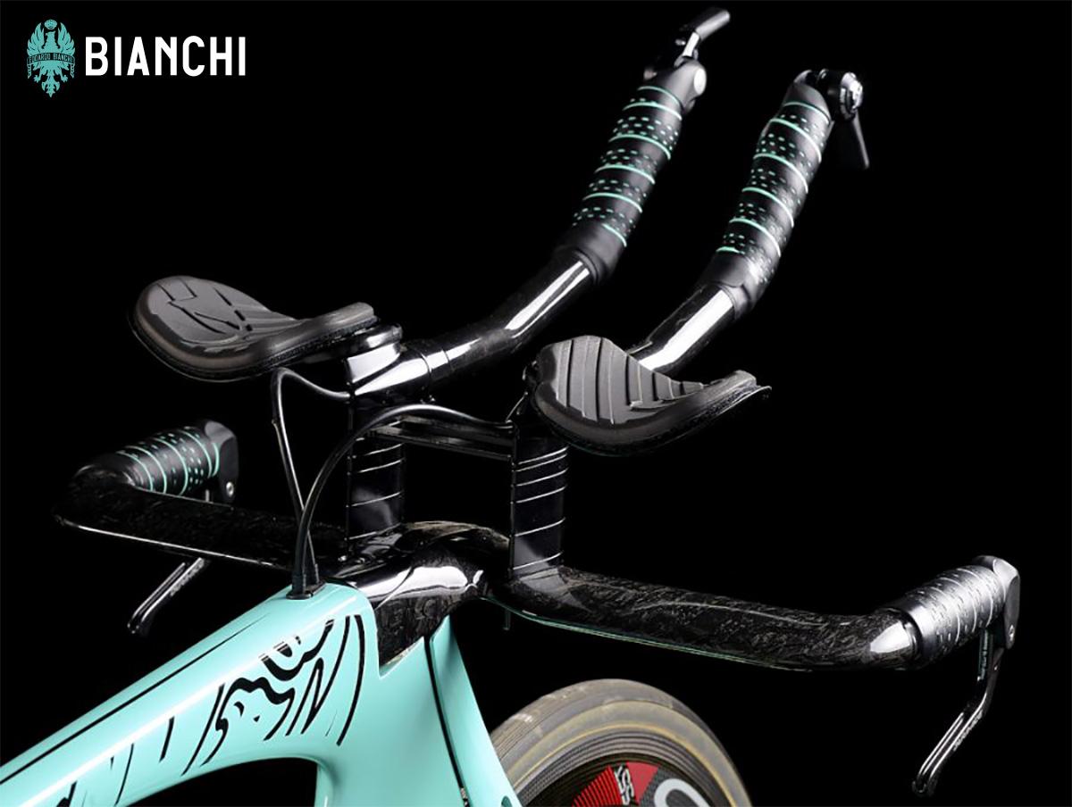 Dettaglio del manubrio Bianchi Super Aero con profilo aerodinamico