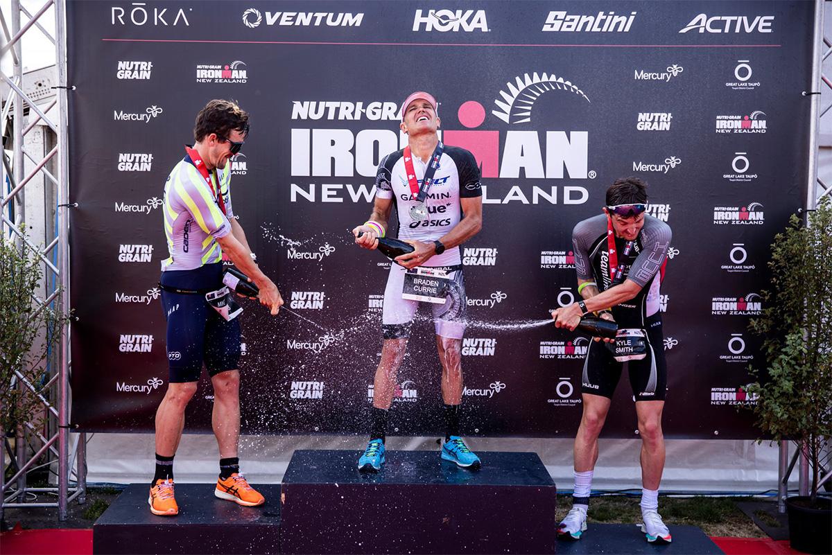 Braden Currie che festeggia sul podio dell'Ironman New Zealand 2021