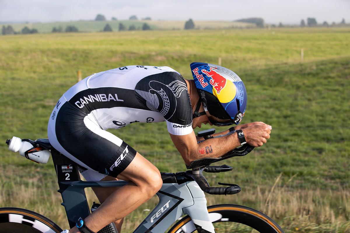Braden Currie durante uno sprint sulla bici all' Ironman New Zealand 2021