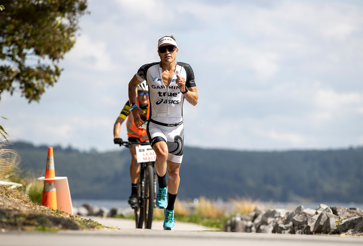 Braden Currie mentre corre durante l' Ironman New Zealand 2021