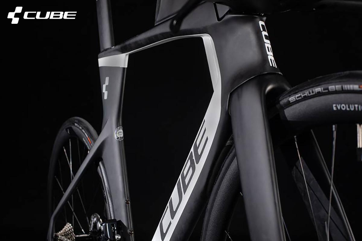 Dettaglio del telaio in carbonio della nuova bici da triathlon Cube Aerium C68 TT 2021