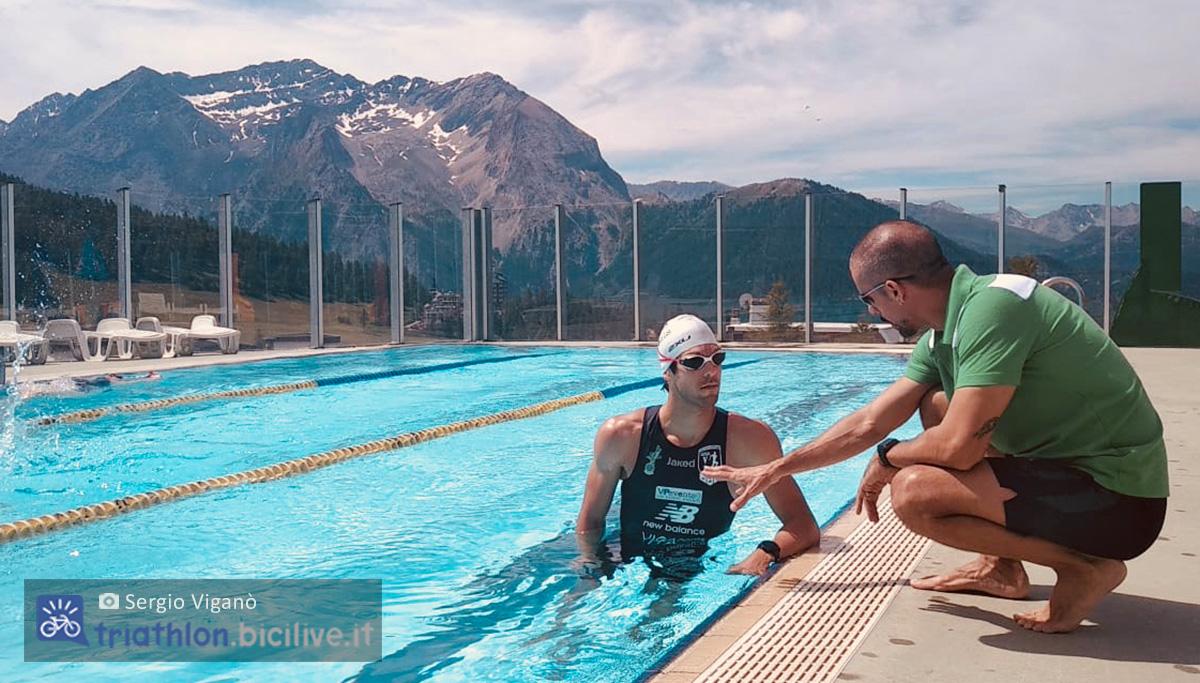 Sergio Viganò in piscina mentre parla con un istruttore di nuoto