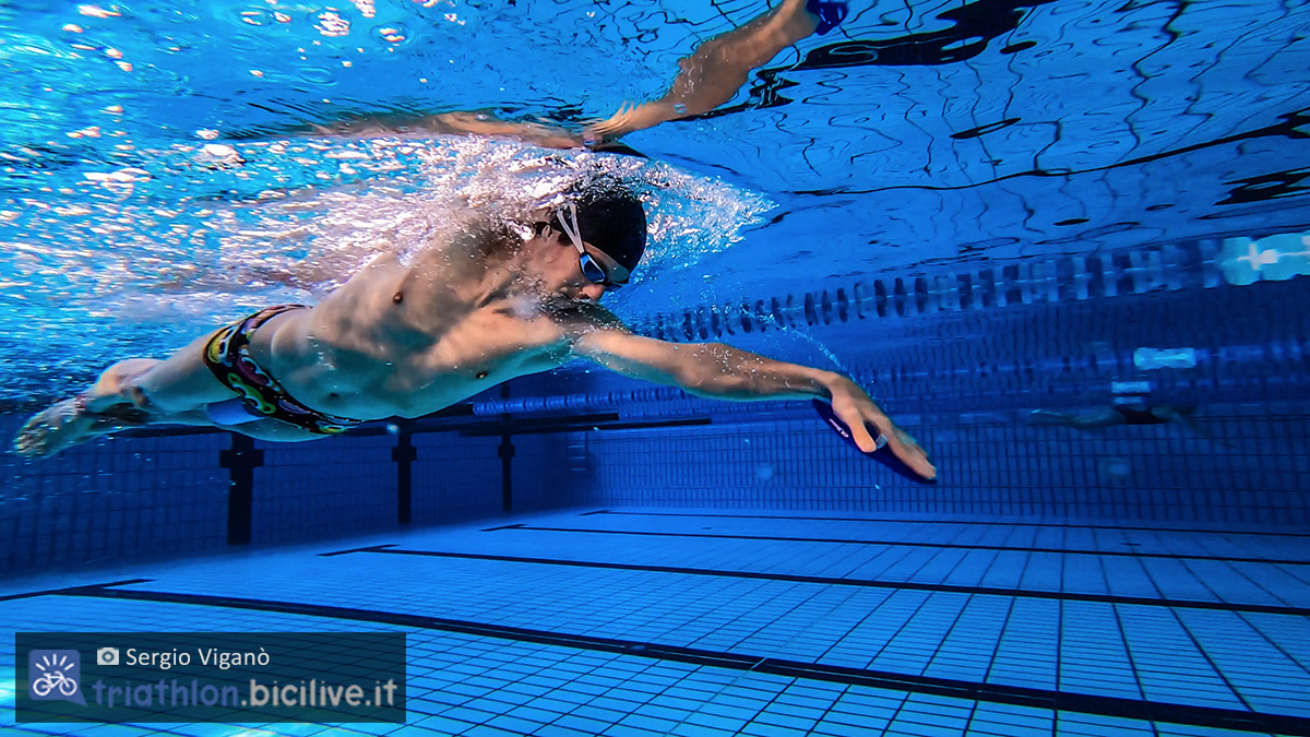 Sergio Viganò che nuota sbracciando in piscina