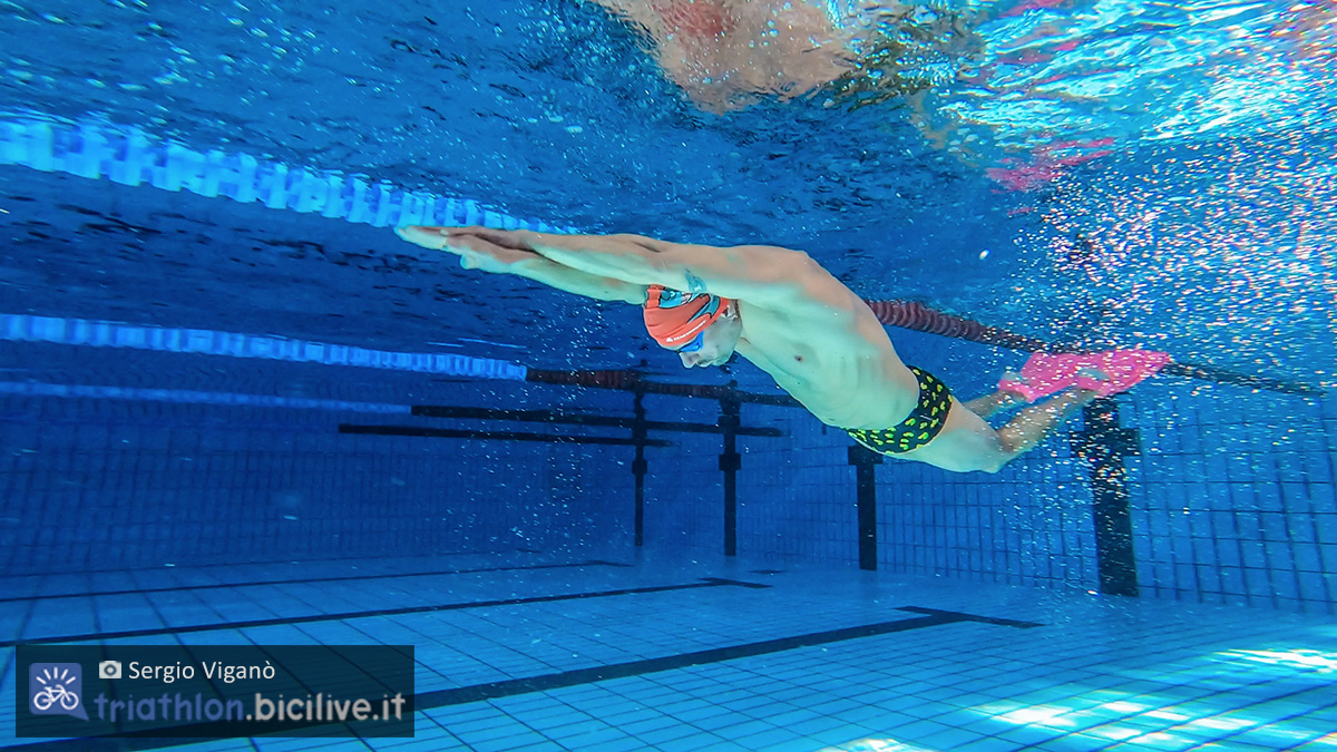 Sergio Viganò che nuota in piscina con le pinne