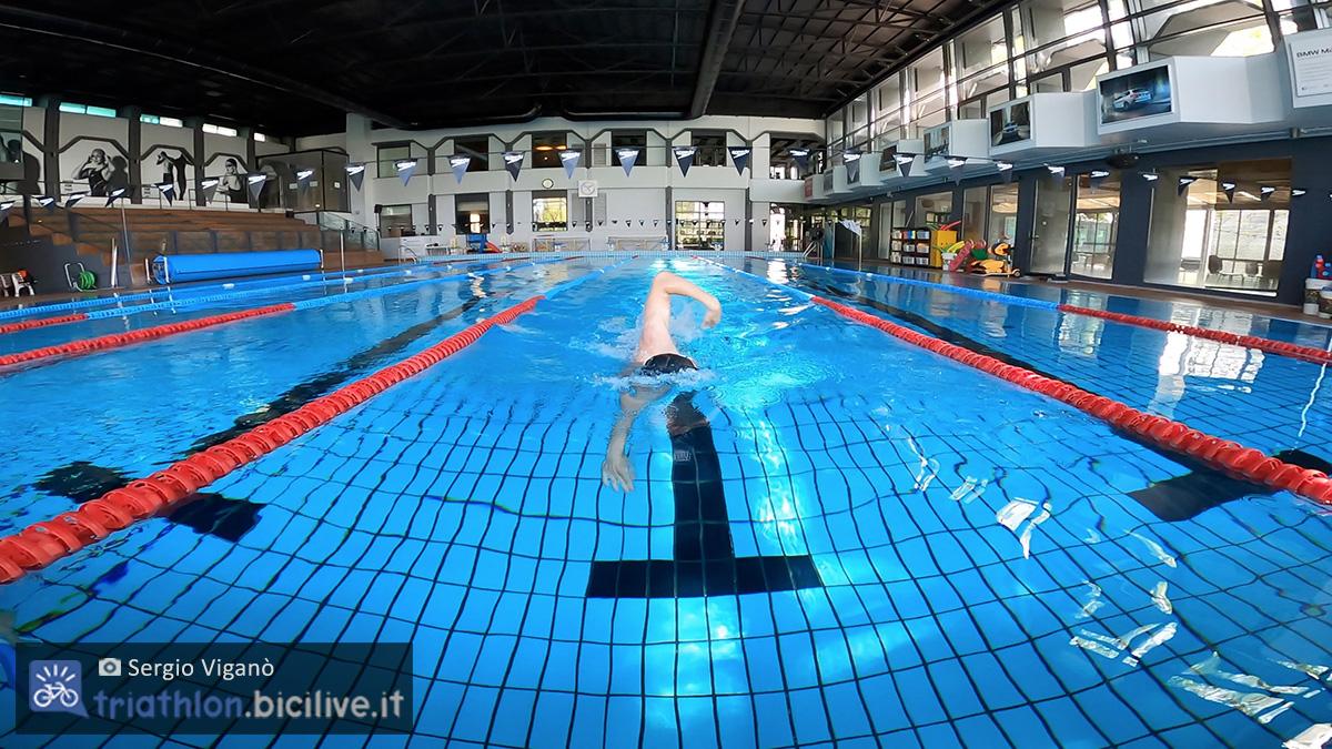 Sergio Viganò che nuota in piscina