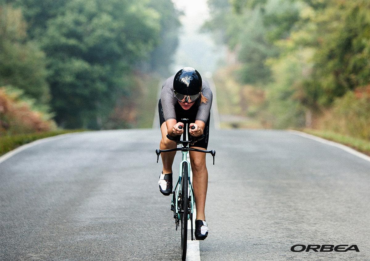 Una ciclista pedala sulla nuova bici da triathlon Orbea Ordu M20LTD 2021